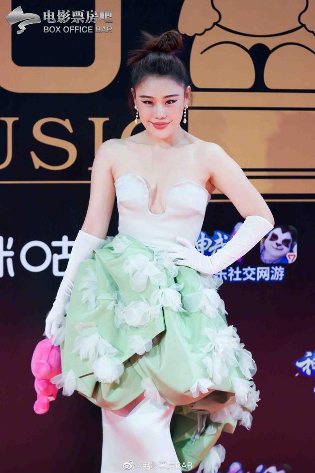 """Dàn sao Hoa ngữ đổ bộ thảm đỏ Migu Music Awards 2020: """"Tình tin đồn của Lisa"""" Thái Từ Khôn chiếm trọn """"spotlight"""" nhờ mái tóc bạch kim thần thánh - Ảnh 6."""