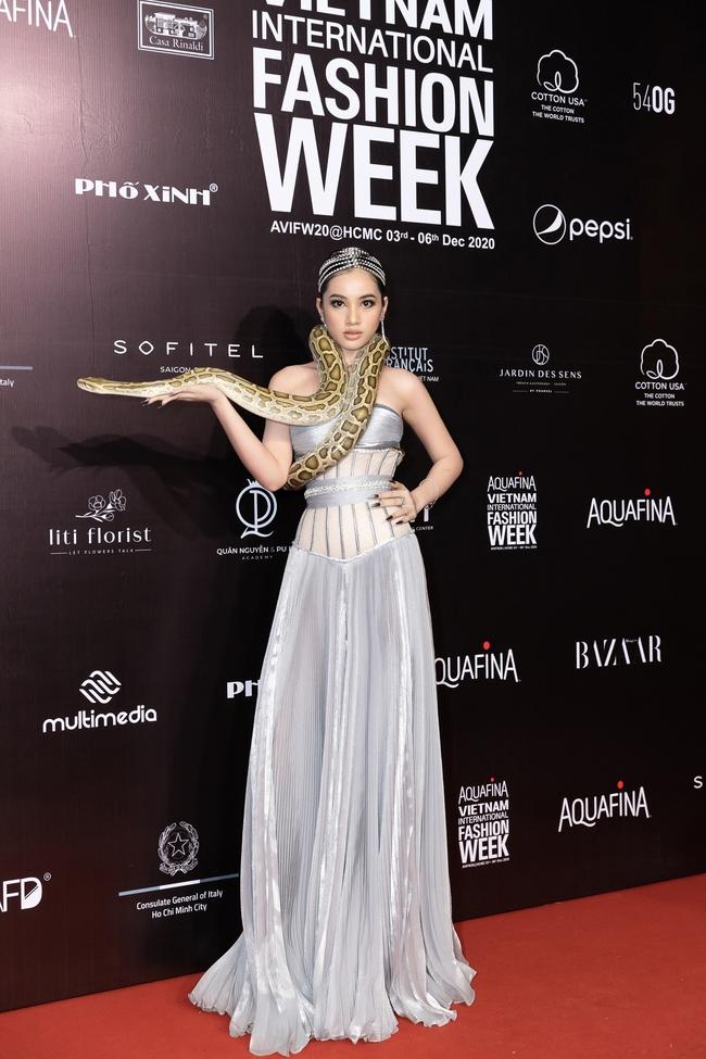 Aquafina Vietnam International Fashion Week ngày cuối: Ngọc Trinh hóa nữ thần, Thủy Tiên khoe chân dài trong thiết kế đầm xẻ cao tận hông - Ảnh 1.