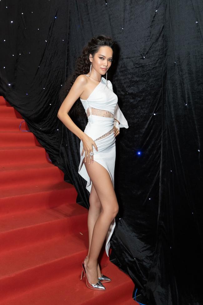 Aquafina Vietnam International Fashion Week ngày cuối: Ngọc Trinh hóa nữ thần, Thủy Tiên khoe chân dài trong thiết kế đầm xẻ cao tận hông - Ảnh 16.