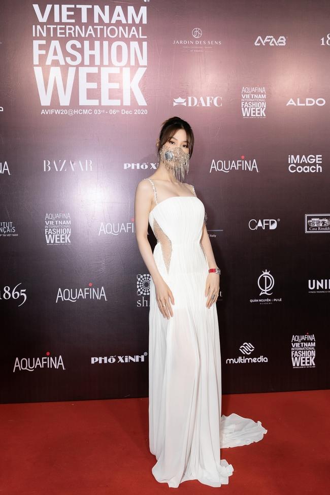 Aquafina Vietnam International Fashion Week ngày cuối: Ngọc Trinh hóa nữ thần, Thủy Tiên khoe chân dài trong thiết kế đầm xẻ cao tận hông - Ảnh 5.