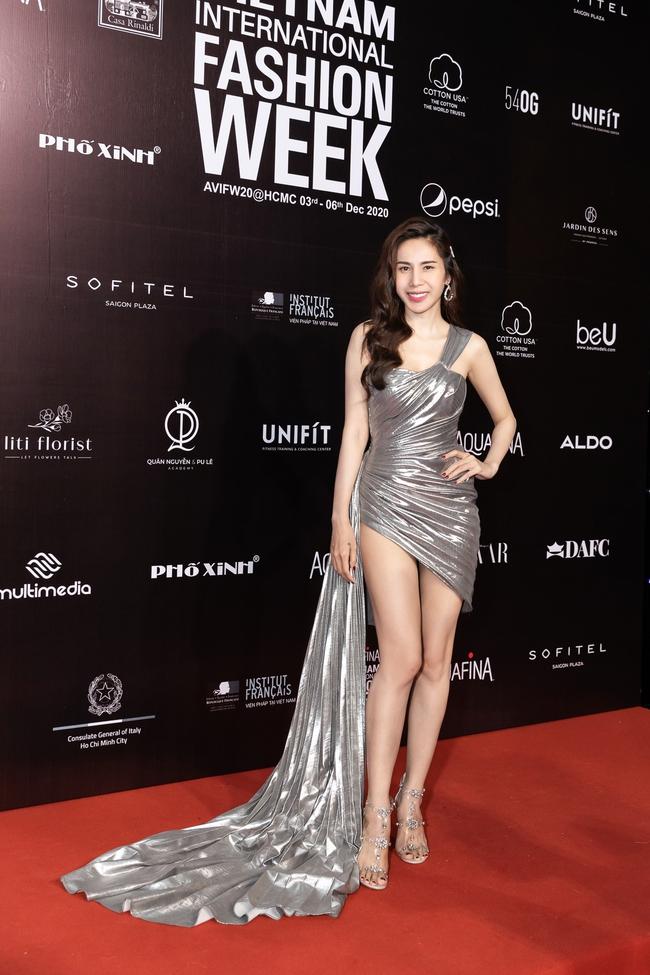 Aquafina Vietnam International Fashion Week ngày cuối: Ngọc Trinh hóa nữ thần, Thủy Tiên khoe chân dài trong thiết kế đầm xẻ cao tận hông - Ảnh 10.