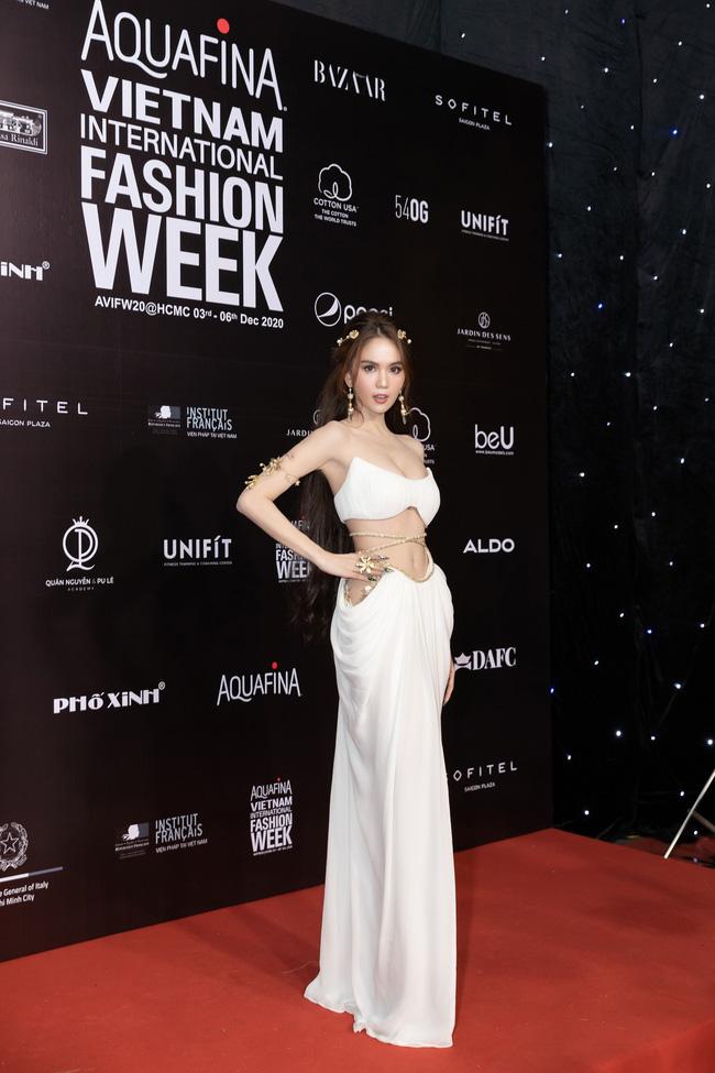 Aquafina Vietnam International Fashion Week ngày cuối: Ngọc Trinh hóa nữ thần, Thủy Tiên khoe chân dài trong thiết kế đầm xẻ cao tận hông - Ảnh 9.
