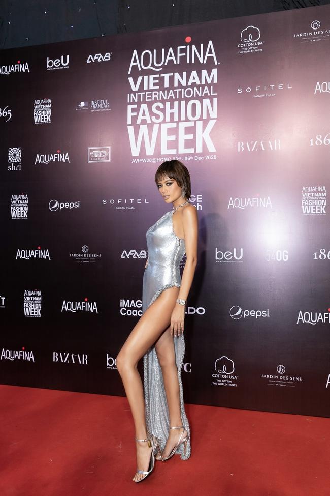 Aquafina Vietnam International Fashion Week ngày cuối: Ngọc Trinh hóa nữ thần, Thủy Tiên khoe chân dài trong thiết kế đầm xẻ cao tận hông - Ảnh 18.