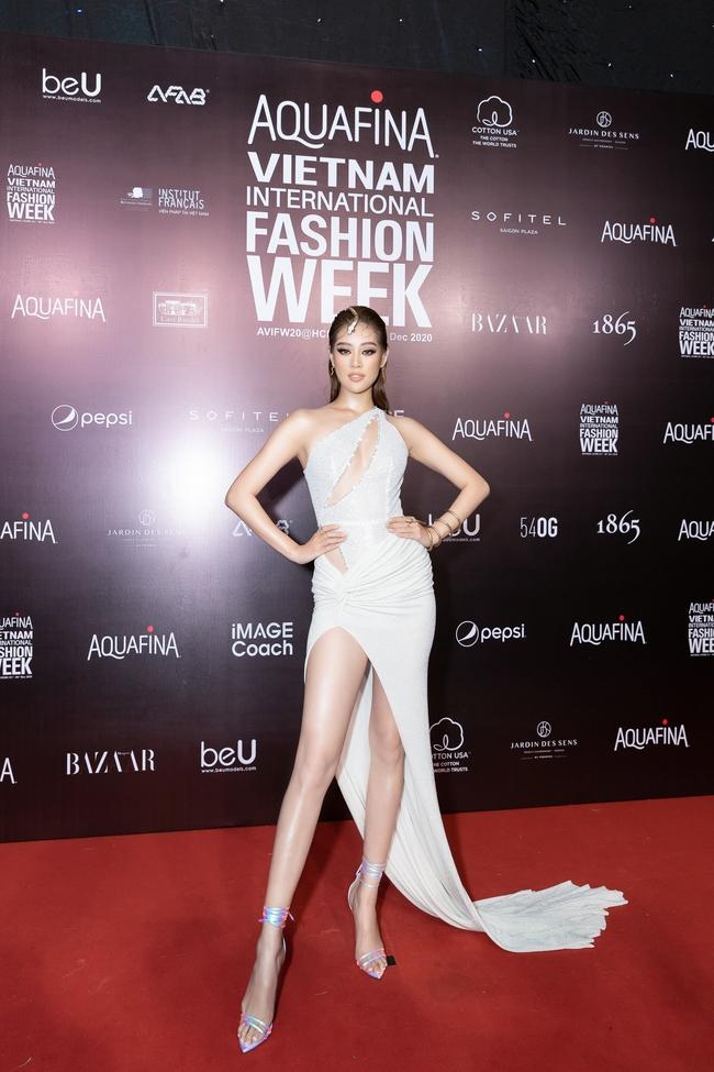 Aquafina Vietnam International Fashion Week ngày cuối: Ngọc Trinh hóa nữ thần, Thủy Tiên khoe chân dài trong thiết kế đầm xẻ cao tận hông - Ảnh 13.