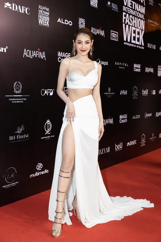 Aquafina Vietnam International Fashion Week ngày cuối: Ngọc Trinh hóa nữ thần, Thủy Tiên khoe chân dài trong thiết kế đầm xẻ cao tận hông - Ảnh 4.