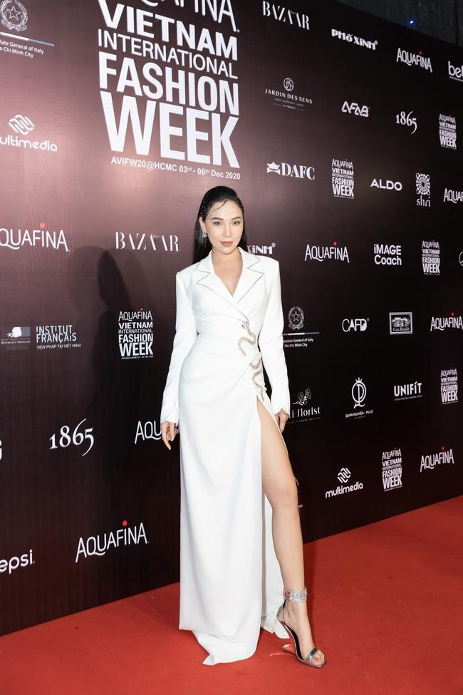 Aquafina Vietnam International Fashion Week ngày cuối: Ngọc Trinh hóa nữ thần, Thủy Tiên khoe chân dài trong thiết kế đầm xẻ cao tận hông - Ảnh 3.
