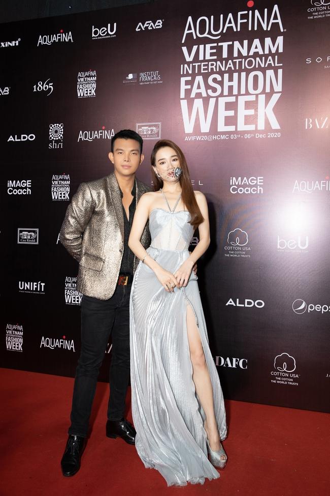 Aquafina Vietnam International Fashion Week ngày cuối: Ngọc Trinh hóa nữ thần, Thủy Tiên khoe chân dài trong thiết kế đầm xẻ cao tận hông - Ảnh 2.