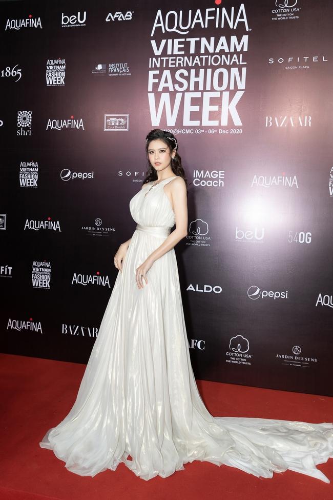 Aquafina Vietnam International Fashion Week ngày cuối: Ngọc Trinh hóa nữ thần, Thủy Tiên khoe chân dài trong thiết kế đầm xẻ cao tận hông - Ảnh 12.