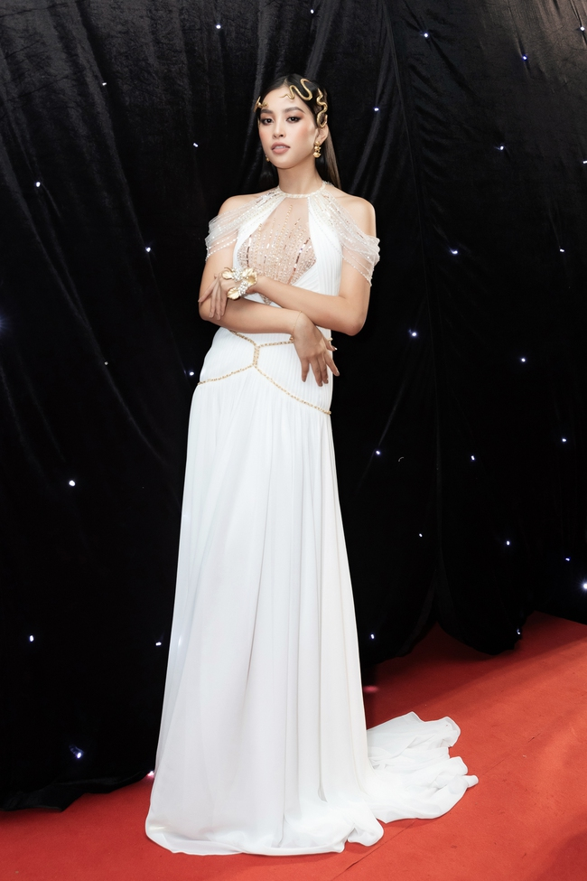 Aquafina Vietnam International Fashion Week ngày cuối: Ngọc Trinh hóa nữ thần, Thủy Tiên khoe chân dài trong thiết kế đầm xẻ cao tận hông - Ảnh 11.