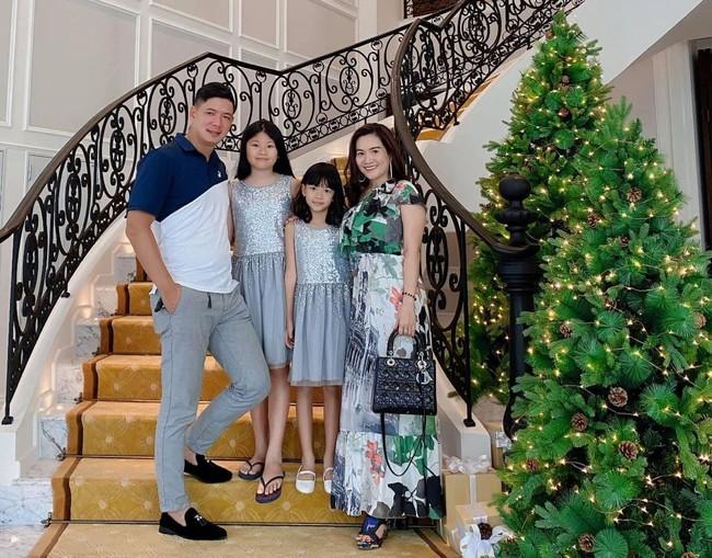 Nhìn qua tưởng giản dị, 2 con gái của diễn viên Bình Minh được mẹ sắm nguyên cả tủ quần áo xịn sò thế này - Ảnh 1.