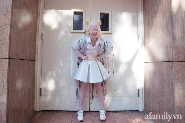 """Bé gái bạch tạng quê Vĩnh Phúc xuất hiện tại Tuần lễ Thời trang Quốc tế Việt Nam: Sở hữu cái tên """"nửa tây nửa ta"""" nhưng ai biết ý nghĩa cũng xúc động - Ảnh 8."""