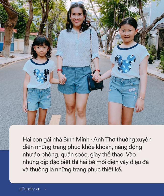 Nhìn qua tưởng giản dị, 2 con gái của diễn viên Bình Minh được mẹ sắm nguyên cả tủ quần áo xịn sò thế này - Ảnh 2.