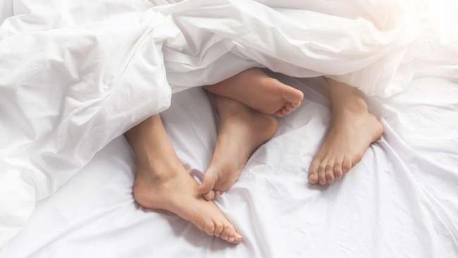 Đang quan hệ thì bị con gái 3 tuổi phát hiện, cặp đôi có hành động tiếp theo gây phẫn nộ và nhận cái kết không thể đắng hơng - Ảnh 1.
