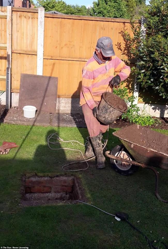Cải tạo khu vườn nhà, cụ ông phát hiện hố ga có tuổi đời hàng chục năm trước khi ra tay biến hóa nó khiến ai cũng xuýt xoa - Ảnh 1.