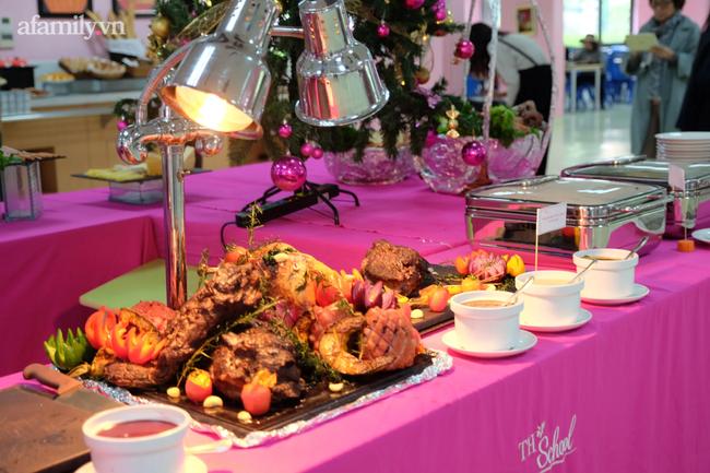 Một trường học ở Hà Nội gây choáng khi cho học sinh ăn trưa như khách sạn 5 sao, tôm cua và cả gà tây bày la liệt trên bàn - Ảnh 2.