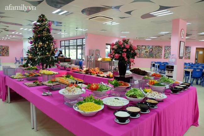 Một trường học ở Hà Nội gây choáng khi cho học sinh ăn trưa như khách sạn 5 sao, tôm cua và cả gà tây bày la liệt trên bàn - Ảnh 7.