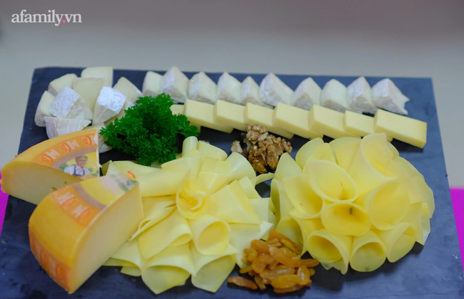 Một trường học ở Hà Nội gây choáng khi cho học sinh ăn trưa như khách sạn 5 sao, tôm cua và cả gà tây bày la liệt trên bàn - Ảnh 6.