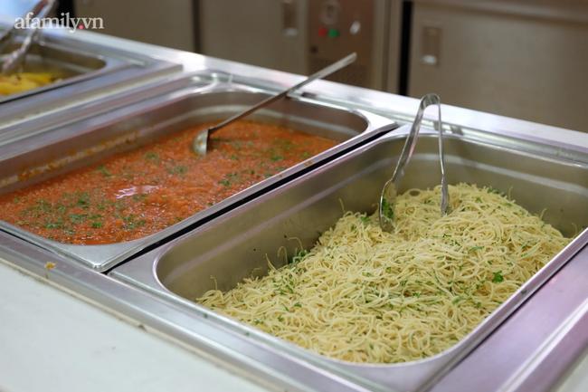 Một trường học ở Hà Nội gây choáng khi cho học sinh ăn trưa như khách sạn 5 sao, tôm cua và cả gà tây bày la liệt trên bàn - Ảnh 8.
