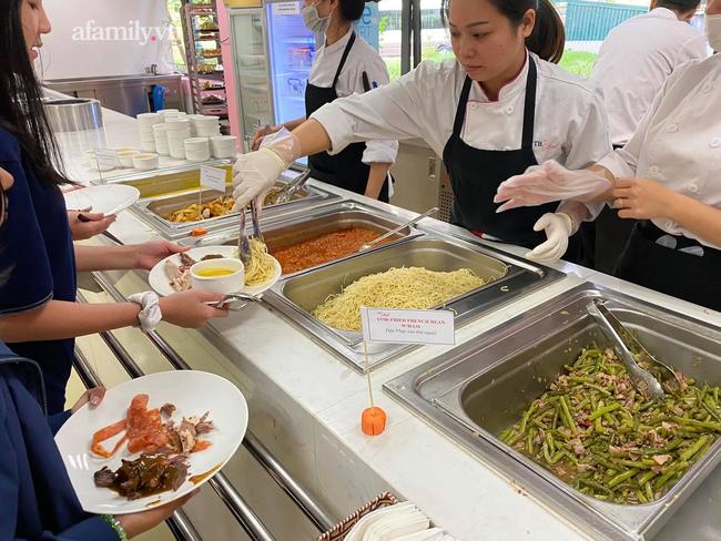 Một trường học ở Hà Nội gây choáng khi cho học sinh ăn trưa như khách sạn 5 sao, tôm cua và cả gà tây bày la liệt trên bàn - Ảnh 10.