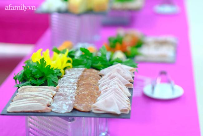 Một trường học ở Hà Nội gây choáng khi cho học sinh ăn trưa như khách sạn 5 sao, tôm cua và cả gà tây bày la liệt trên bàn - Ảnh 4.