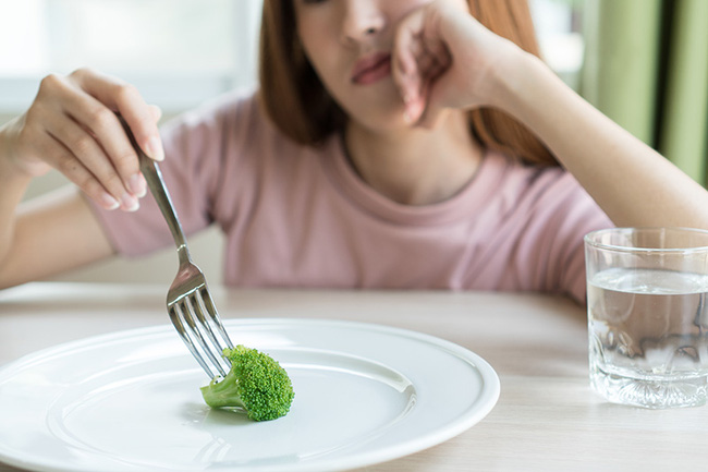 Không thể ngừng ăn vặt sau bữa tối? Đây là 6 mẹo sẽ giúp bạn ngăn ngừa thói quen xấu này - Ảnh 2.