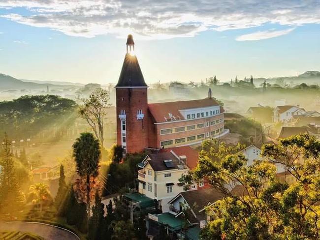 Ở Việt Nam có một trường Cao đẳng được công nhận là công trình tiêu biểu thế kỷ 20, gạch xây cũng chở từ châu Âu sang, ai tới cũng phải check in sống ảo một lần - Ảnh 2.
