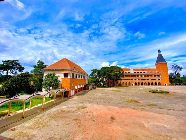 Ở Việt Nam có một trường Cao đẳng được công nhận là công trình tiêu biểu thế kỷ 20, gạch xây cũng chở từ châu Âu sang, ai tới cũng phải check in sống ảo một lần - Ảnh 6.