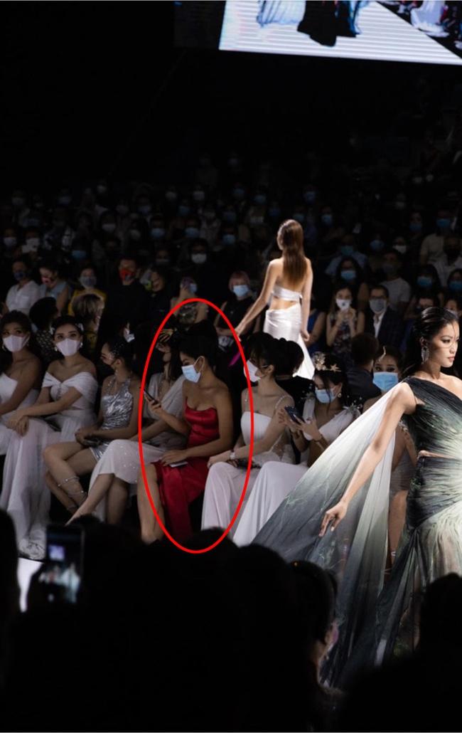 Người đẹp váy đỏ bị chỉ trích vì mặc sai dresscode, chiếm chỗ khách mời trong show Đỗ Long lên tiếng xin lỗi, bất ngờ hơn là phản ứng của nhà thiết kế - Ảnh 2.