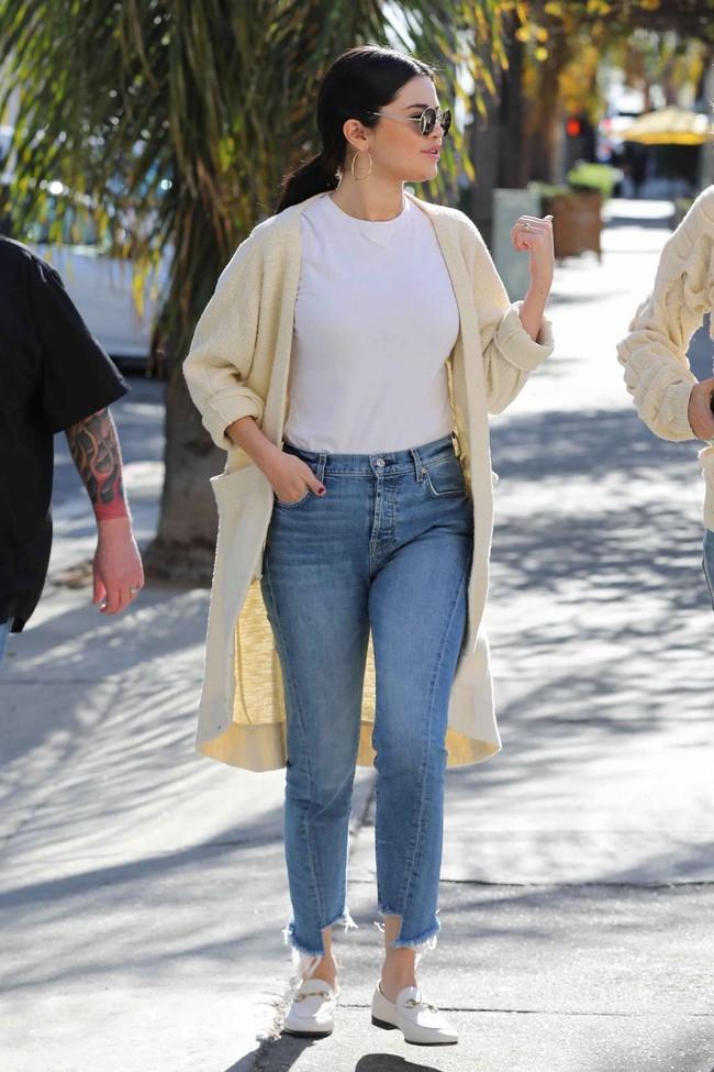 Selena Gomez diện quần jeans theo 11 cách xịn đẹp nức nở và tôn dáng hết cỡ, chị em nên học theo ngay khỏi nghĩ - Ảnh 2.