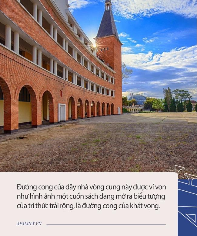 """Ở Việt Nam có 1 trường học là công trình kiến trúc tiêu biểu thế kỷ 20, Đàm Vĩnh Hưng, Sơn Tùng từng tới làm MV, check in """"sống ảo"""" - Ảnh 3."""