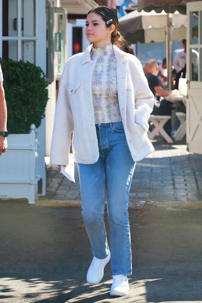 Selena Gomez diện quần jeans theo 11 cách xịn đẹp nức nở và tôn dáng hết cỡ, chị em nên học theo ngay khỏi nghĩ - Ảnh 4.