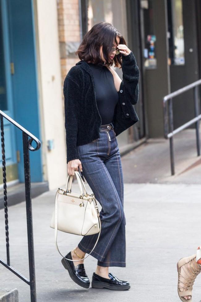 Selena Gomez diện quần jeans theo 11 cách xịn đẹp nức nở và tôn dáng hết cỡ, chị em nên học theo ngay khỏi nghĩ - Ảnh 9.