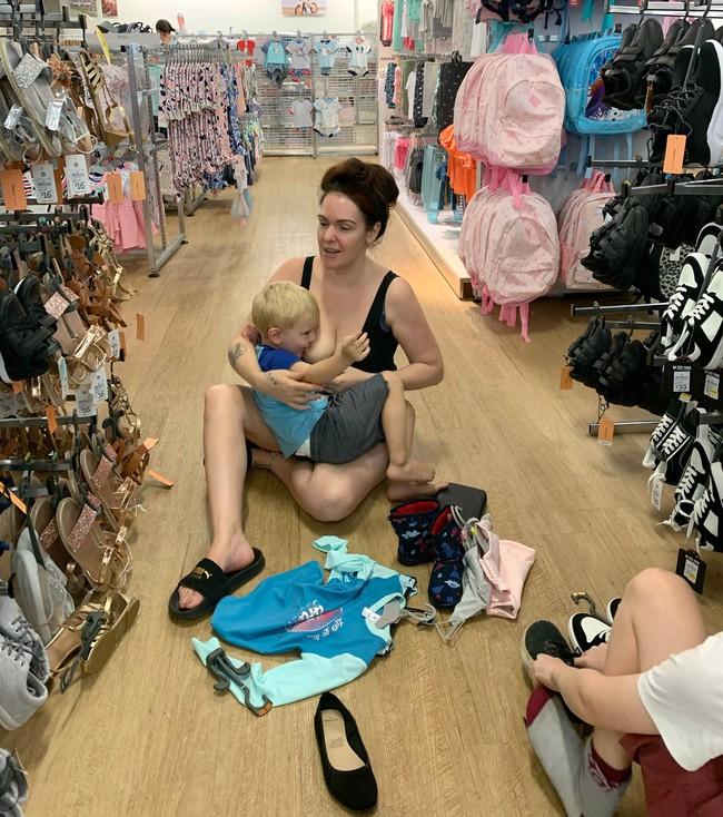 Bị chỉ trích vì cho con 3 tuổi bú nơi công cộng, bà mẹ lên tiếng phản pháo với lập luận đanh thép khiến ai cũng phải câm nín - Ảnh 1.