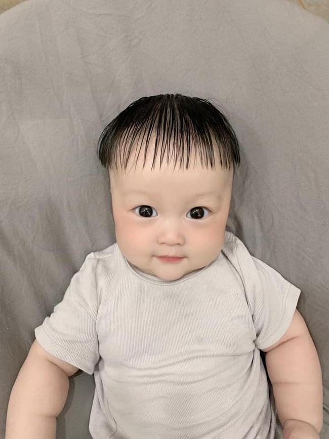 """Thích làm tóc nhưng phải ở nhà chăm con, mẹ bỉm sữa đem con ra thoả đam mê với """"bảy bảy bốn chín"""" kiểu đầu ấn tượng - Ảnh 1."""