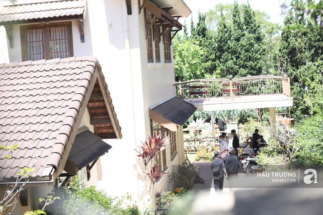 Không gian tiệc cưới bí mật của Tóc Tiên: Khung cảnh lãng mạn như trong phim nhưng đã bị rào kín nội bất xuất, ngoại bất nhập - Ảnh 2.