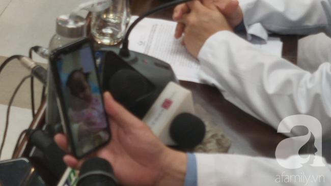 VIDEO cuộc gọi phấn khởi của mẹ con bệnh nhi 3 tháng tuổi bị nhiễm Covid-19 trước khi được xuất viện với các bác sĩ - Ảnh 4.