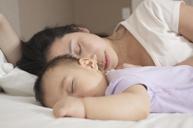 Những lợi ích không ngờ tới khi cho con ngủ chung giường với bố mẹ - Ảnh 1.