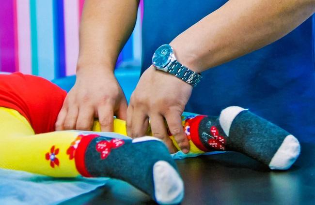 Cứ ngỡ con đi nhón chân là chuyện bình thường, ai ngờ đây lại là dấu hiệu cảnh báo sức khỏe của trẻ - Ảnh 4.