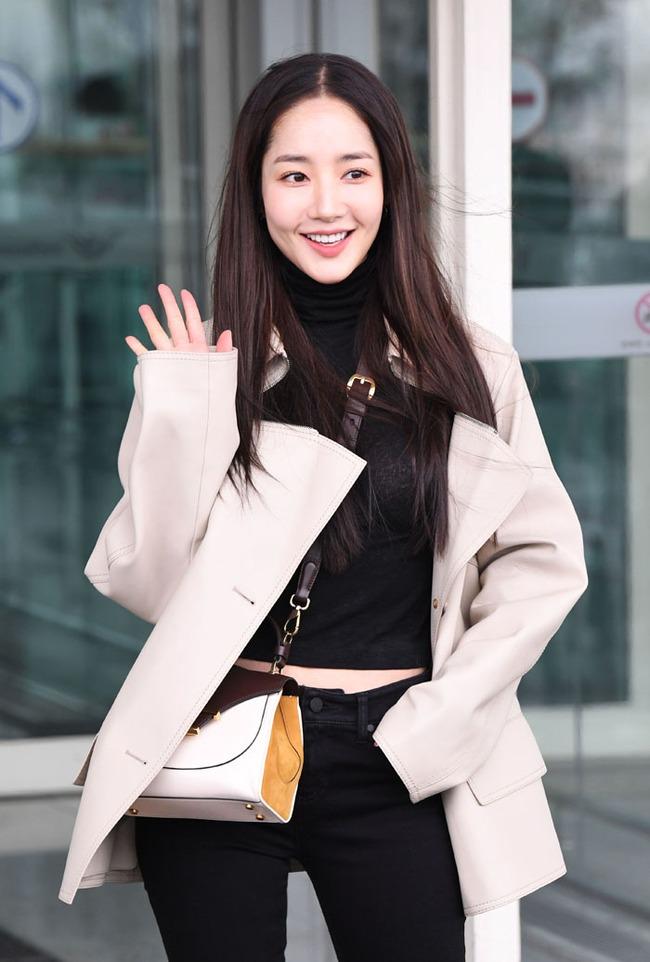 Nhờ áp dụng một chiêu bài mà style sân bay của Park Min Young cứ ngày một sang xịn, bạn học theo là dứt khoát lên đời phong cách - Ảnh 2.