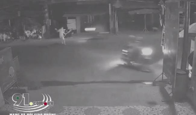 Nam thanh niên cầm dao chém người đi đường loạn xạ, nhiều người đi xe máy hoảng sợ quay đầu bỏ chạy - Ảnh 2.
