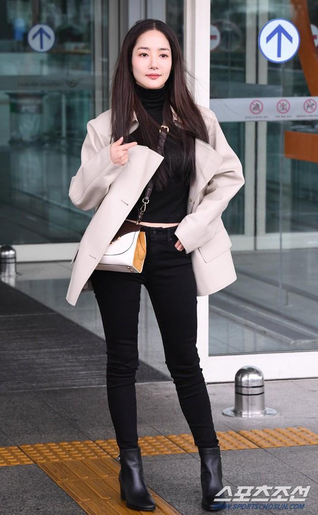Nhờ áp dụng một chiêu bài mà style sân bay của Park Min Young cứ ngày một sang xịn, bạn học theo là dứt khoát lên đời phong cách - Ảnh 3.