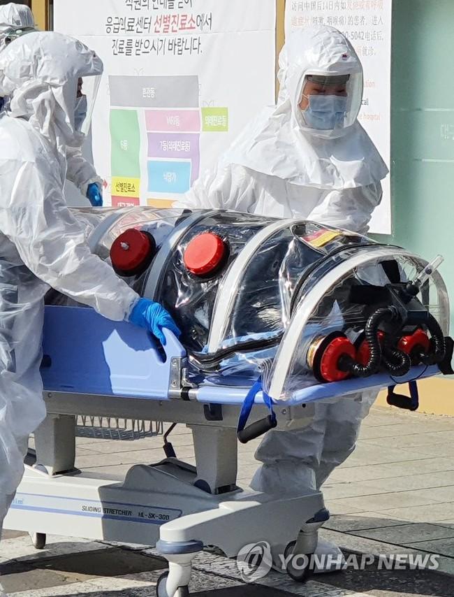 """""""Khu vực chăm sóc đặc biệt"""" Daegu sau khi phát hiện bệnh nhân siêu lây nhiễm virus Covid-19: Đường phố đìu hiu, vắng bóng người như """"thành phố ma"""" - Ảnh 14."""