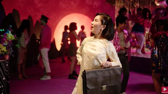 """Ồn ào cũ chưa qua, MV """"Đi đu đưa đi"""" do Denis Đặng làm giám đốc sáng tạo lại bị phát hiện giống """"Black Mirror 4""""  - Ảnh 4."""