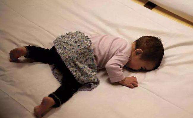 Bé ngủ không ngon giấc không hẳn là do trời nóng, có 3 dấu hiệu chứng tỏ dạ dày của bé yếu mà mẹ cần lưu ý - Ảnh 3.