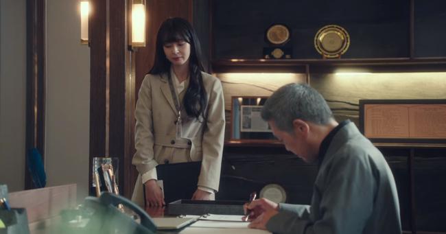 """Mỹ nhân diện đồ công sở đẹp nhất màn ảnh Hàn đợt này hẳn là """"tình tin đồn"""" của Lee Jong Suk: Ăn vận đơn giản mà độ sang xịn có thừa - Ảnh 7."""