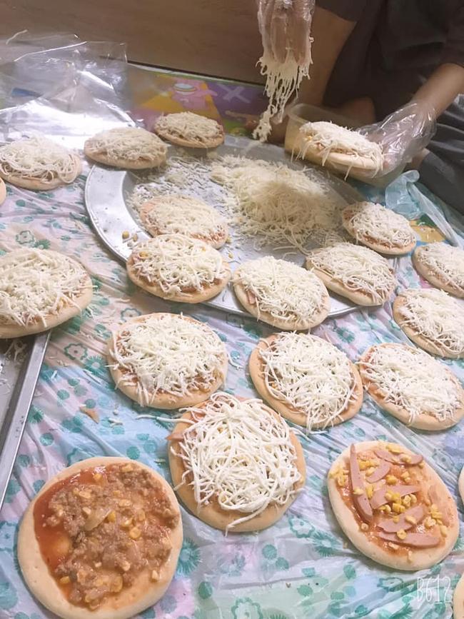 Pizza cấp đông tràn ngập chợ mạng, giá chỉ 160 ngàn đồng/10 chiếc, chủ hàng ngày bán cả 200 chiếc - Ảnh 1.