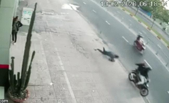 Khoảnh khắc người phụ nữ bị cướp giật túi xách, ngã sấp mặt xuống đường, nằm bất động khiến nhiều chị em kinh hãi - Ảnh 2.