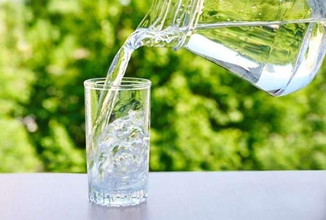 3 thói quen uống nước không chỉ ảnh hưởng thận mà còn khiến tim bị suy yếu - Ảnh 3.