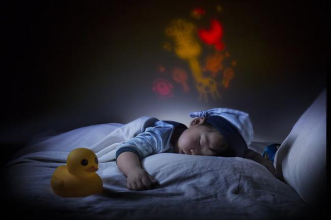 Các chuyên gia cho rằng tắt đèn là một cách luyện cho trẻ sơ sinh vào giấc ngủ nhanh hơn - Ảnh 1.