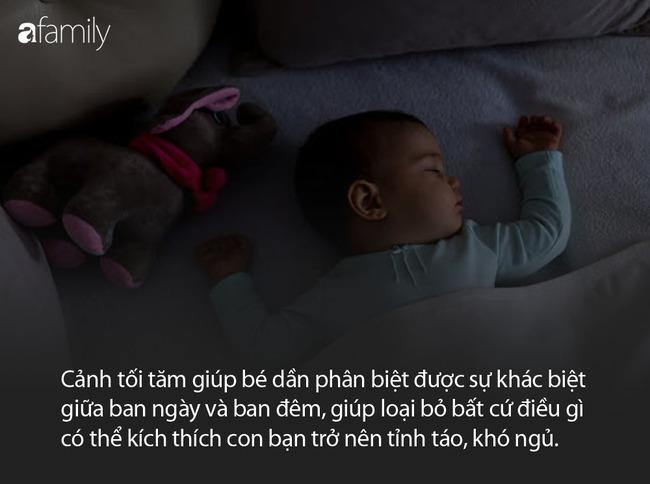 Các chuyên gia cho rằng tắt đèn là một cách luyện cho trẻ sơ sinh vào giấc ngủ nhanh hơn - Ảnh 3.